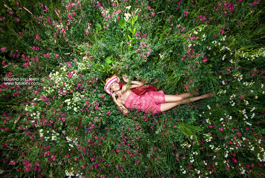 Фото лежа на цветах